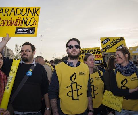 Activisten van Amnesty Hongarije protesteren tegen een wetsvoorstel dat ngo's in hun functioneren belemmert (Budapest, april 2017)