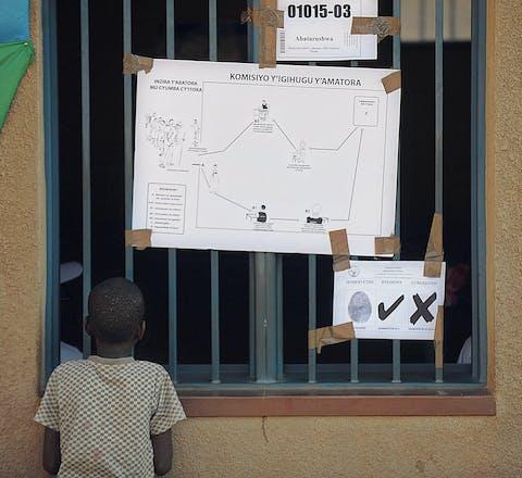 Een jongen bij een stembureau in Kigali, de hoofdstad van Rwanda.