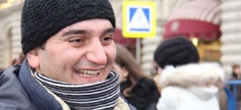 De journalist Aziz Orujov uit Azerbeidzjan zit vast voor verzonnen aanklachten.