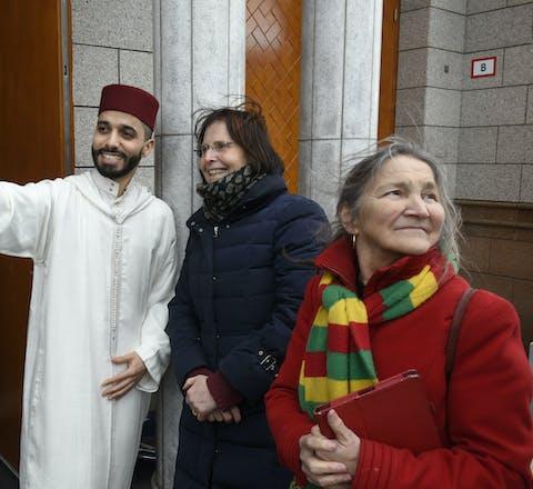 Tijdens het vrijdagmiddaggebed in de Essalam Moskee op 3 februari 2017 vormen Rotterdammers een menselijk schild om hun islamitische mede-Rotterdammers, om hen te laten ervaren dat je in vrijheid en veiligheid je geloof mag beleven. Ze gaan met imam Azzedine Karrat op de foto.