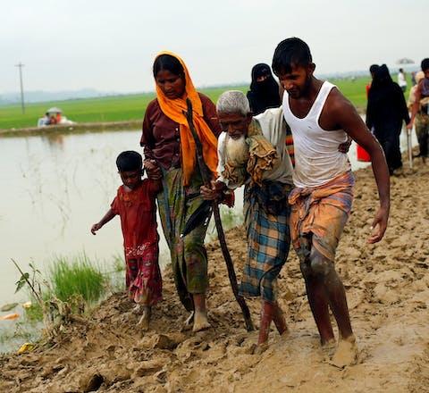 Rohingya-vluchtelingen die net de grens met Bangladesh zijn overgestoken