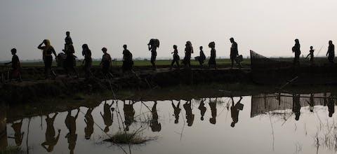 Rohingya uit Myanmar op de vlucht naar Bangladesh.