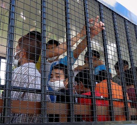 Oeigoerse asielzoekers worden naar een detentiecentrum gebracht in Songkhla, Thailand. Maart 2014