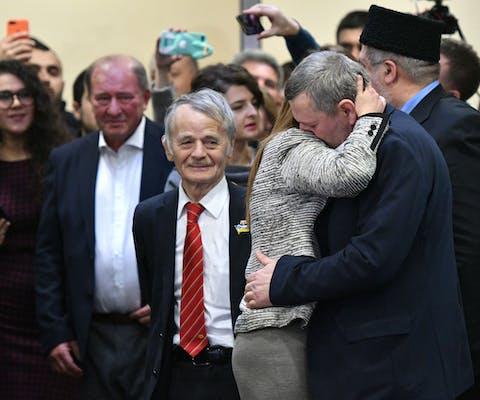 Akhtem Chiygoz (rechts van het midden) en Ilmi Umerov (links van het midden), leiders van de Krimtataren, komen na hun vrijlating op 27 oktober aan in Kiev.