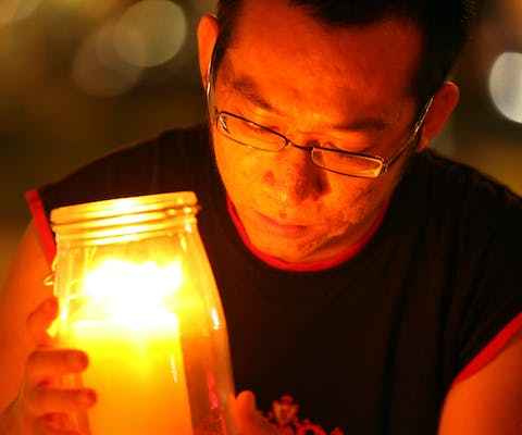 n anti-death penalty activist places a candle outside Changi prison for convicted Australian drug smuggler Nguyen Tuong Van during the hours before his execution in Singapore December 2, 2005. Silent candle-lit vigils will be held in Singapore and cities across Australia as activists mourned the impending death of Nguyen who is due to be hanged in Singapore just before dawn. The impending execution of 25-year-old Nguyen, sentenced to hang on Friday for carrying 400 grams (0.9 lbs) of heroin while in transit in Singapore, has attracted blanket media coverage in Australia and put a strain on relations between the two countries. REUTERS/Luis Enrique Ascui - RP2DSFHSZAAB