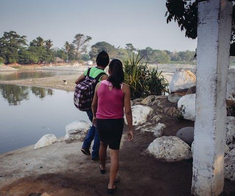 Migranten steken de grens met Mexico over