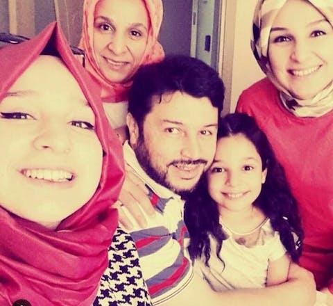 Taner Kilic, voorzitter van Amnesty Turkije met zijn vrouw en dochters