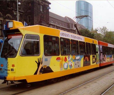 Amnesty-tram in Rotterdam om 30-jarig bestaan te vieren