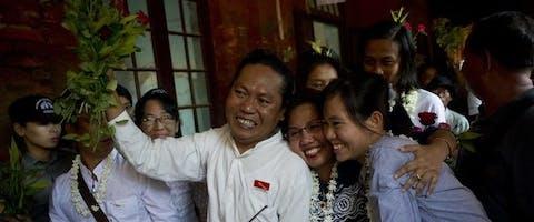 Familieleden verwelkomen de Myanmarese studentenleidster Phyoe Phyoe Aung, die na acties van Amnesty vrijkwam.