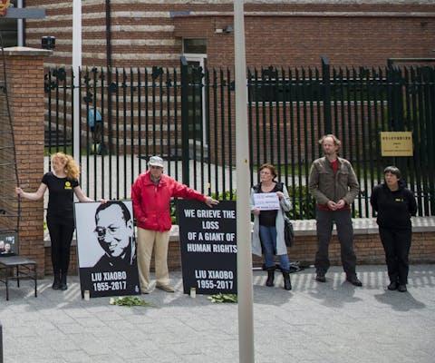 Wake voor Liu Xiaobo voor de Chinese ambassade in Den Haag.