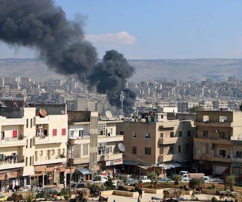 Rook als gevolg van een militaire aanval stijgt op uit de noordelijke Syrische stad Afrin op 18 januari 2018.