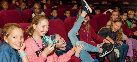 Kinderen bij een voorstelling van Movies that Matter