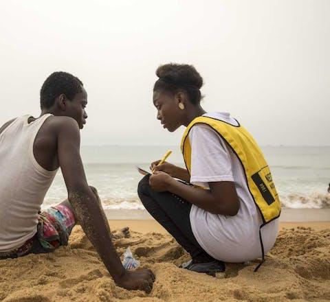 Een Amnesty-vrijwilliger tijdens de jaarlijkse Schrijfmarathon op 10 december 2017 in Lome, Togo.