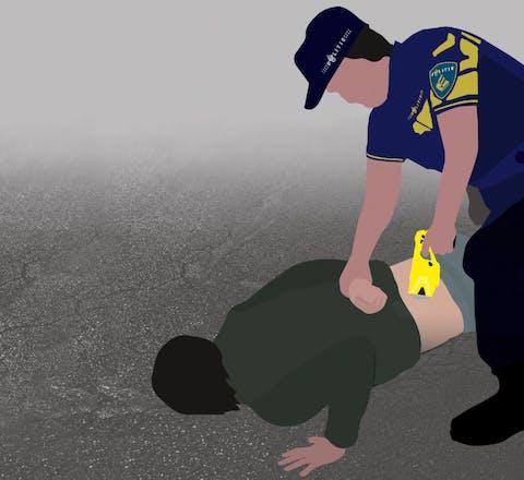 De manier waarop de Nederlandse politie het stroomstootwapen Taser gebruikt, brengt onaanvaardbare gezondheidsrisico's met zich mee.