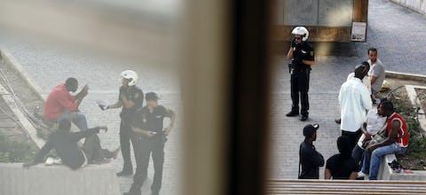 Politieagenten controleren de identiteitsbewijzen van migranten in de Spaanse hoofdstad Madrid (2010).