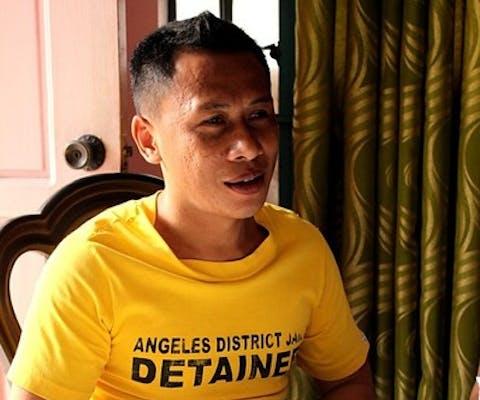 Jerryme Corre tijdens een bezoek aan de gevangenis van een Amnesty-delegatie, 2015