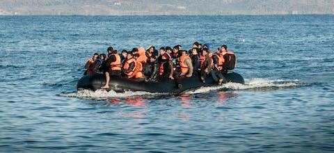 Vluchtelingen arriveren per boot vanuit Turkije op het Griekse eiland Lesbos.