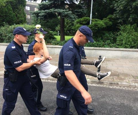 Een demonstrant in de Poolse hoofdstad Warschau wordt verwijderd door de politie.