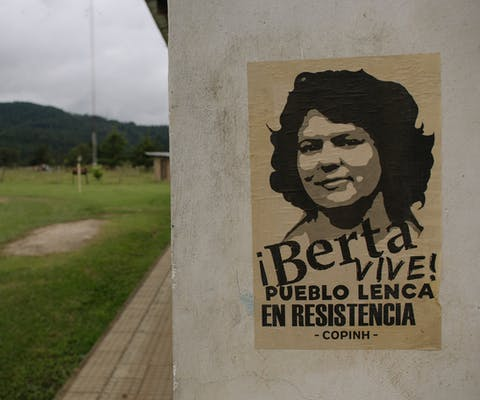 Een poster van Berta Caceres