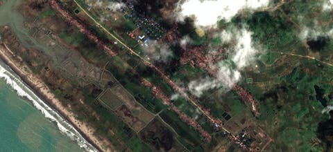Op satellietbeelden van het dorp Inn Dinn uit September 2017 is te zien dat huizen van Rohingya zijn platgebrand, terwijl huizen van niet-Rohingya ongemoeid zijn gelaten.