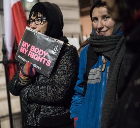 Demonstratie voor de Poolse ambassade in Londen tegen verdere inperking van het recht op abortus in Polen.