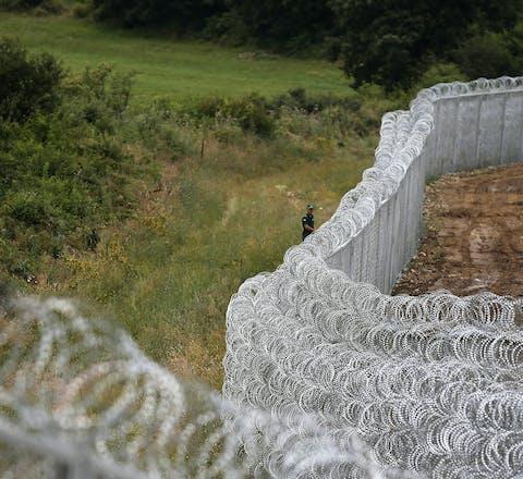 Bulgaarse oproerpolitie bij een prikkeldraadhek aan de Bulgaars-Turkse grens (2014). De Bulgaren bouwden het hek in een reactie op het stijgende aantal asielzoekers en vluchtelingen, die voornamelijk uit Syrië afkomstig waren.