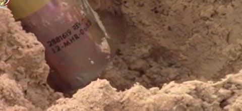 Het duidelijk zichtbare serienummer van een clusterbomb die de Egyptische luchtmacht afwierp boven de noordelijke Sinaï
