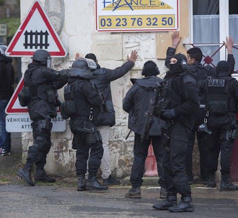 Na de aanval op Charlie Hebdo zijn Franse politie-eenheden op zoek naar de broers Said en Cheir Kouachi (januari 2015).