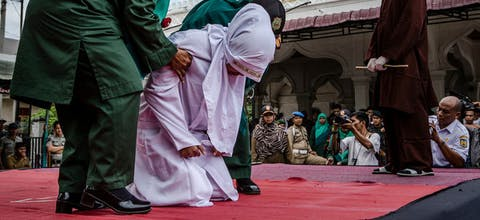 BANDA ACEH, INDONESIA - MARCH 20: An acehnese woman escorted by the sharia police women who will receive lashes of cane in public. Foto: Ulet Infansasti/Getty Images