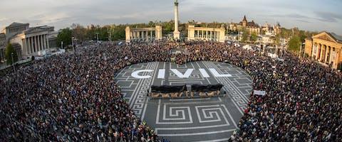 Solidariteitsactie voor ngo's, april 2017. In de Hongaarse hoofdstad Budapest vormen activisten een hart.