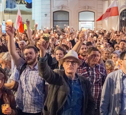 Demonstraties in Warschau tegen de uithollong van de rechtsstaat en de ondermijning van de onafhankelijke rechtspraak
