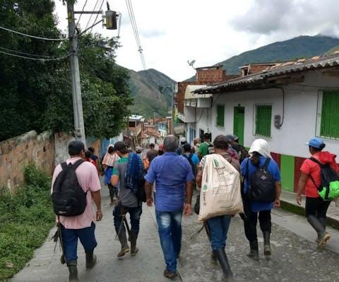 Leden van de beweging Ríos Vivos in de straten van Antiquia