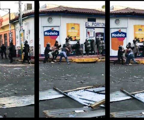 Politie slaat in op mensen in de stad Masaya.