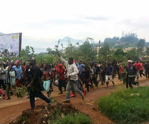Demonstranten protesteren tegen de vermeende discriminatie van de Engelssprekende bewoners van Kameroen door de Franssprekende bevolking.