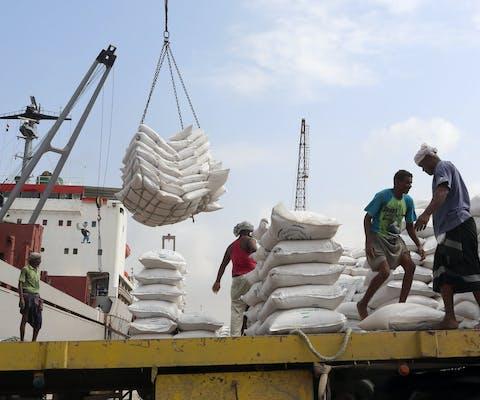 Een lading graan van Unicef wordt uitgeladen in de haven van Hodeida, Jemen (januari 2018)