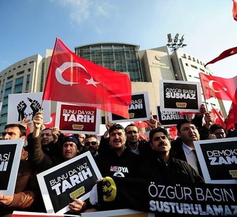 Zes journalisten van de Turkse krant Zaman zijn tot lange gevangenisstraffen veroordeeld