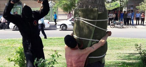 Een man in Iran kreeg 80 zweepslagen als straf voor het feit dat hij als kind alcohol had gedronken op een bruiloft - tien jaar geleden.