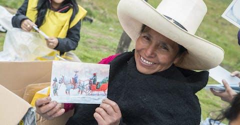 Maxima Acuna ontvangt kaarten.