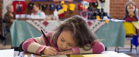 Een Mexicaans meisje schrijft een brief