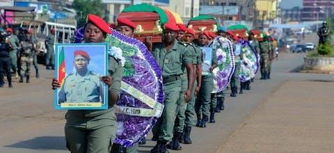 Soldaten dragen de koffers van gedode soldaten in het Engelssprekende deel van Kameroen