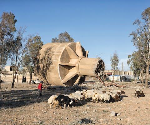 Een verwoeste watertank in Al Hazimah, Syrie.