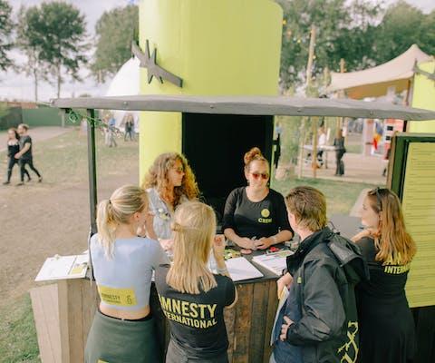 Karen (in het midden) met een deel van het vrijwilligersteam op Lowlands