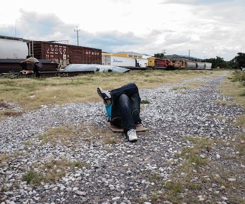 Wachten op een Mexicaanse goederentrein naar het noorden die vaart mindert, om erop te kunnen springen.