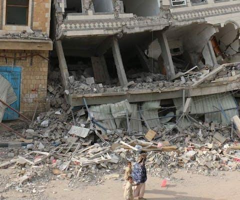 Door oorlogsgeweld verwoeste gebouwen in Yemen. De Verenigde Arabische Emiraten voorzien milities in Yemen ruim van wapens en verergeren daarmee de situatie in het land.