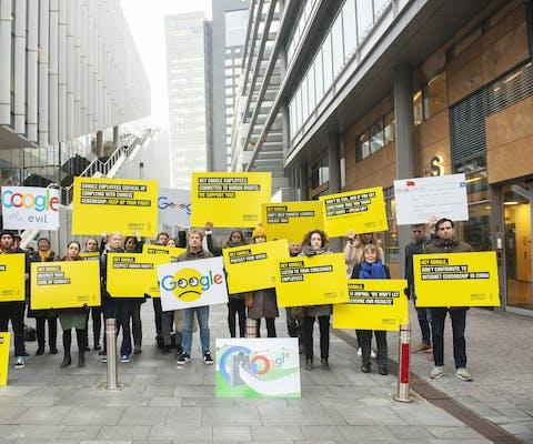 Amnesty demonstreert bij het kantoor van Google op de Amsterdamse Zuidas, op 27 november 2018.