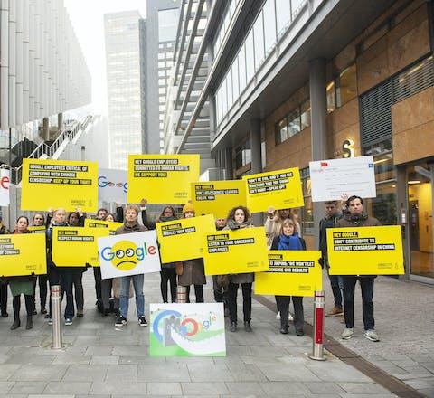 """Amnesty demonstreert bij het kantoor van Google op de Amsterdamse Zuidas, op 27 november 2018. Amnesty roept Google op om onmiddellijk te stoppen met de ontwikkeling van een zoek-app voor de Chinese markt, waarmee zoeken naar termen als """"mensenrechten"""" onmogelijk is."""