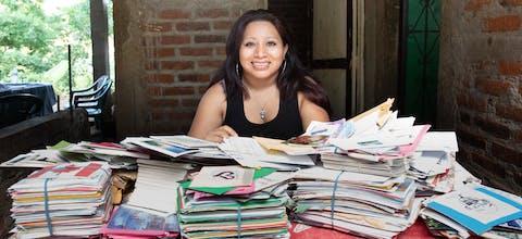 Teodora del Carmen Vásquez met brieven en kaarten die voor haar werden geschreven tijdens de Write for Rights-schrijfactie