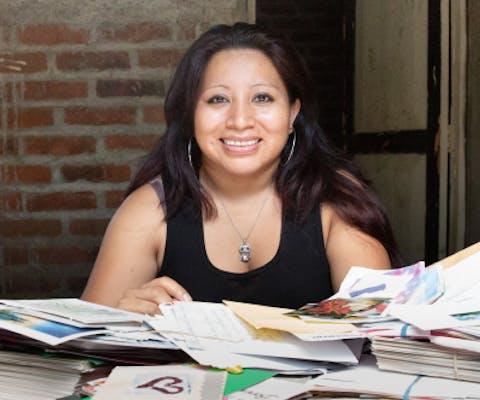Teodora del Carmen Vásquez met de door haar ontvangen brieven en kaarten van de Write for Rights schrijfactie