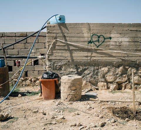 Vernielde waterput in het Sjinjargeberte waar Yezidi het geweld van IS ontvluchtten, Irak