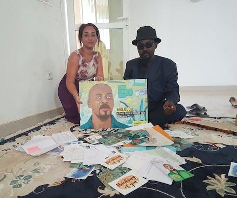 Mahadine uit Tsjaad laat, nadat hij uit de gevangenis is vrijgelaten, de steunbetuigingen zien die hij ontving van Amnesty-supporters uit de hele wereld.